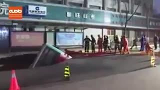 فرو رفتن اتوبوس در کف خیابان!