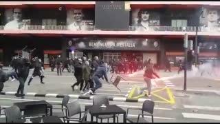 درگیری طرفداران والنسیا و بارسلونا بیرون ورزشگاه مستایا