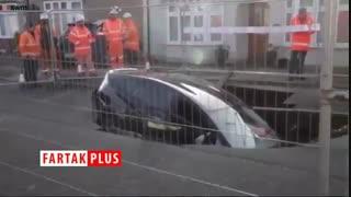 بلعیده شدن خودرو در گودال خیابان!