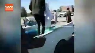 فیلم ریختن خیار به کف خیابان توسط کشاورزان استان کرمان!