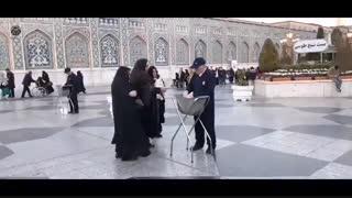 چه عاشقانه خادمی زائران امام رضا علیه السلام را میکند ...