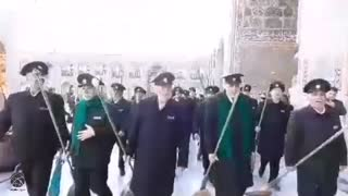 حال و هوای خادمان و زائران در هنگام جارو کردن حرم امام رضا(ع)