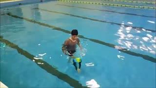 بازتوانی پا با تمرین در آب در هیدروجیم به کمک مقاومت پایی
